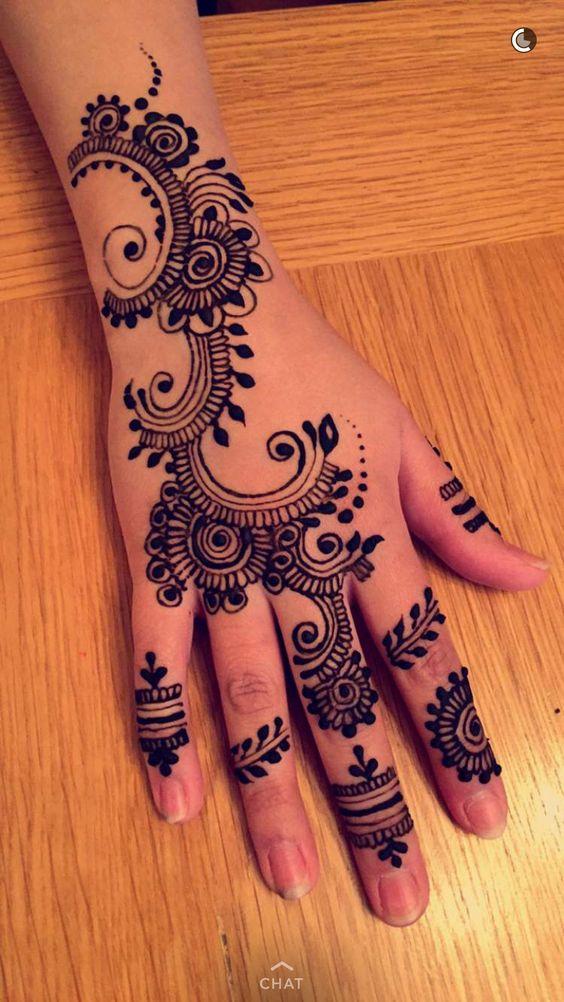 23. Fashionable back henna design