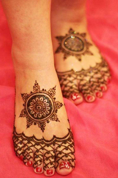 9.Round Glittering Leg Henna