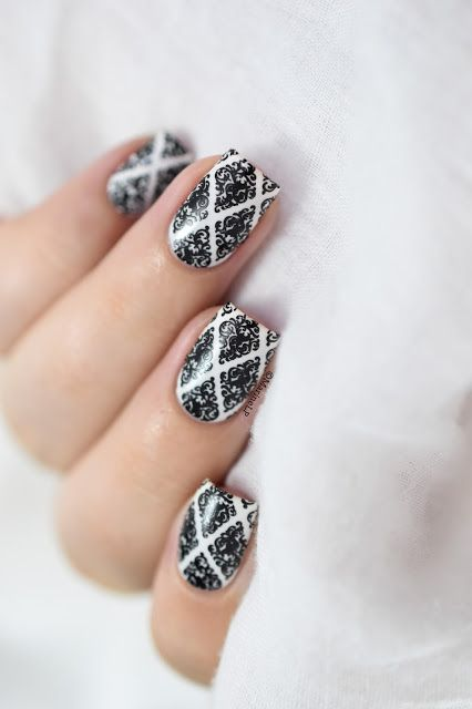 17.Printed black and white nail art