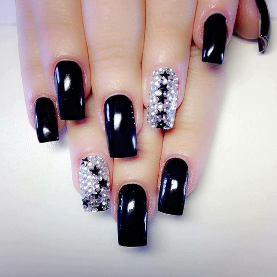 22.Star black and white nail art