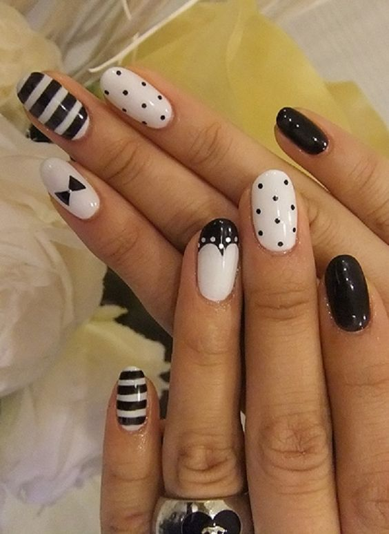 49.Minne Black and white nail art