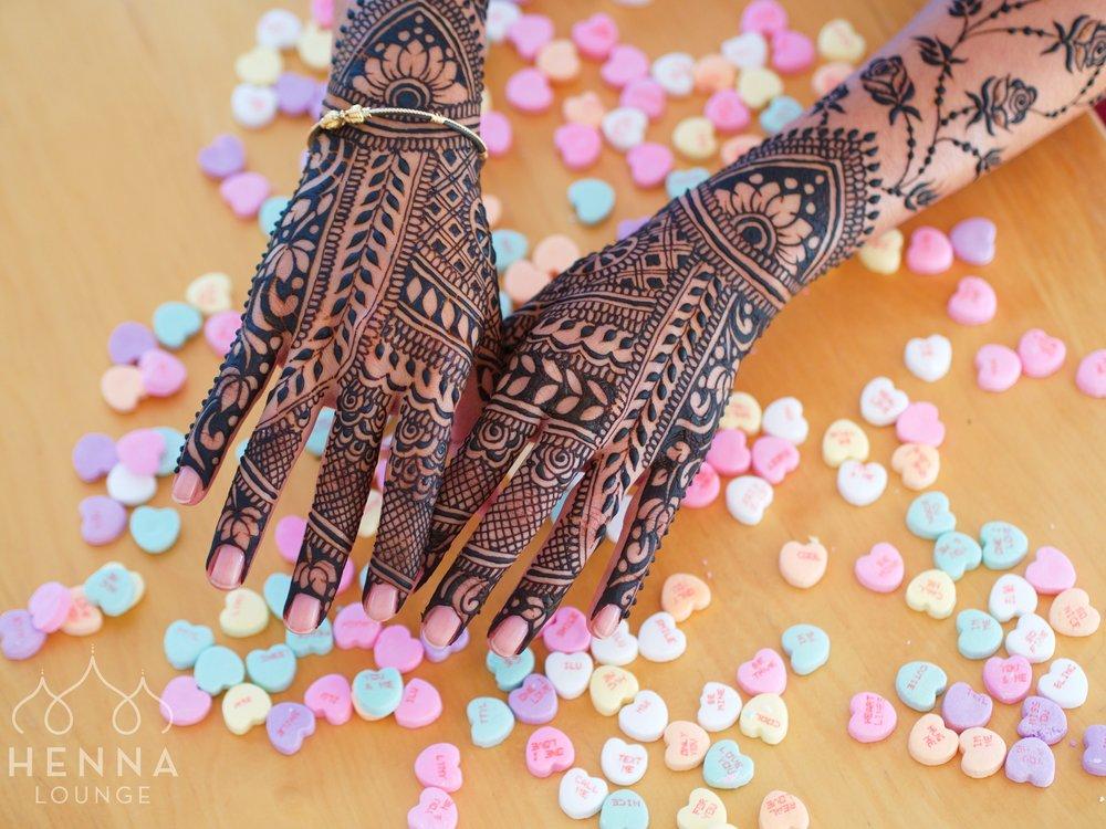 Bridal Mehndi Photo Shoot : Center round bridal mehndi design photo gallery