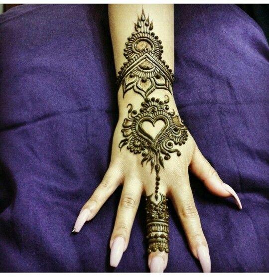 Bridal Mehndi Photo Gallery : Center round bridal mehndi design photo gallery