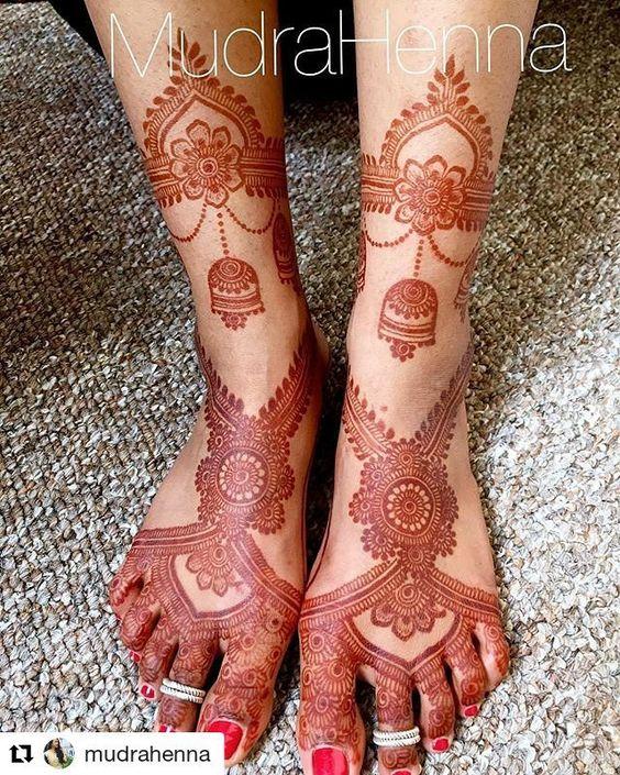 Pretty jimiki design mehndi for feet